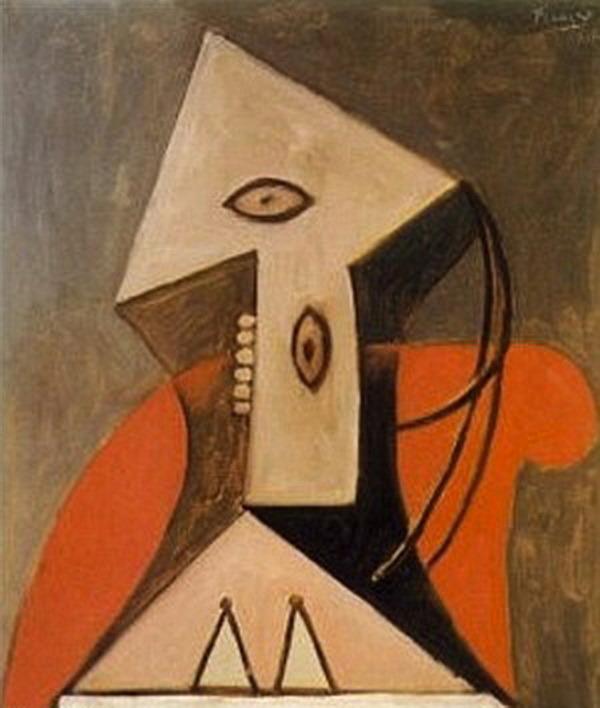 mujer con sillón rojo