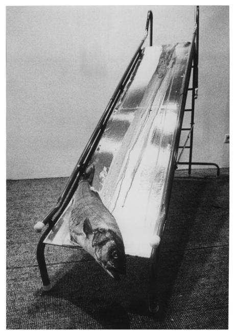 aldo-mondino-1968-pesce-sangue-scivolo-in-metallo-piano-argentato