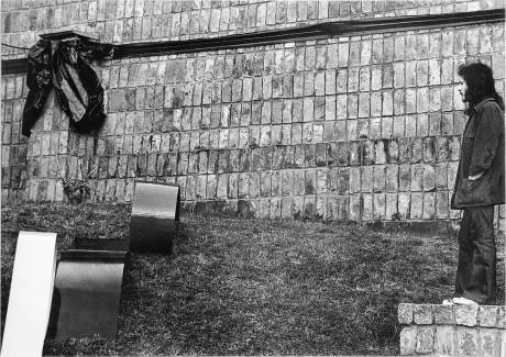 3. Horacio Zabala, 300 metros de cinta neg ra para enlutar una plaza pública, 1972