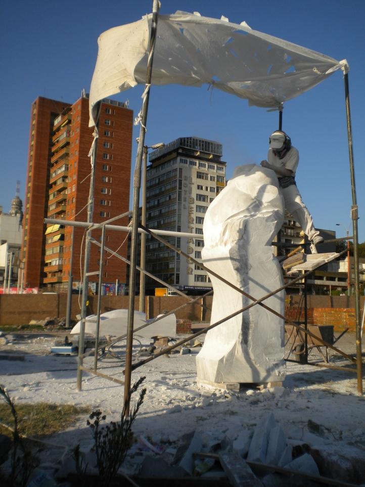 scultura en marmol que fue emplazada en la plaza republica argentina, en montevideo.