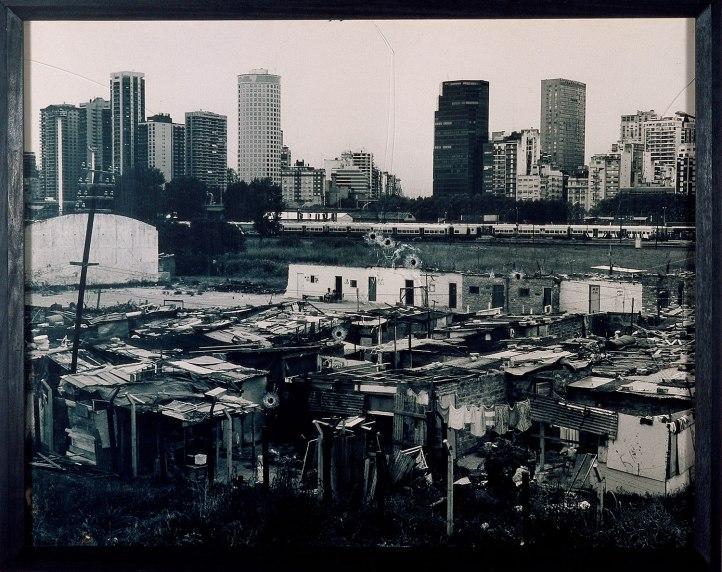 Oscar Bony Democracia, Serie Suicidios, 1997 Fotografía blanco y negro sobre papel y vidrio baleado, 100 x 130 x 4 cm Colección Carola Bony