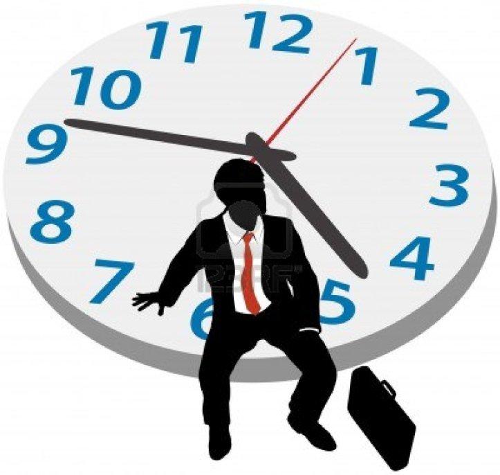 15291632-uomo-di-affari-che-si-siede-su-orologio-in-attesa-di-nomina-tardiva-o-di-prendere-pausa