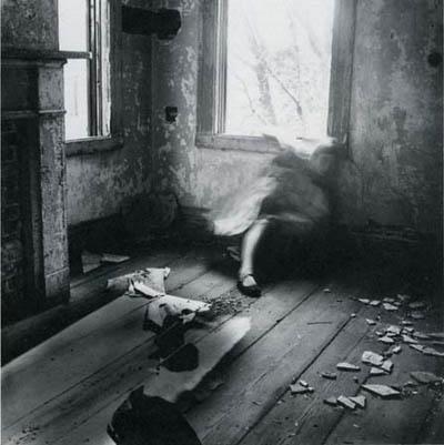 woodman_autorretrato_desapareciendo_en_ventana